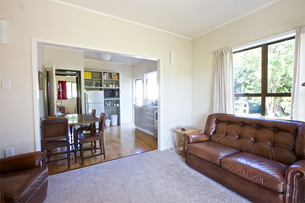 B&B Lodging in the Coromandel - Jacaranda Lodge - Guest Lounge and Kitchen